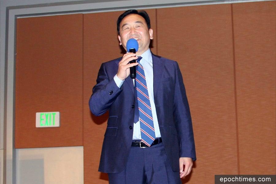 新唐人最受歡迎的時事評論節目主持人石濤。(姜琳達/大紀元)