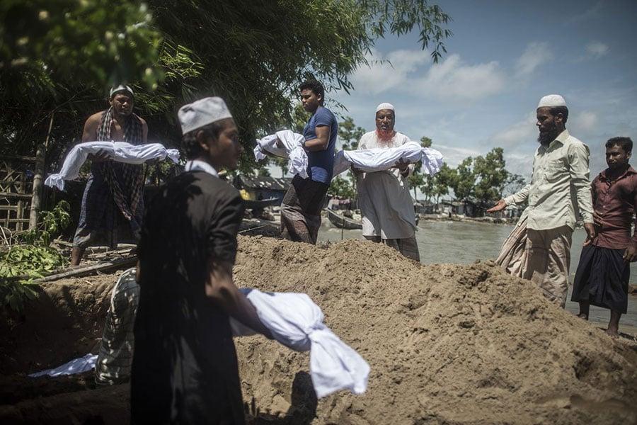 一艘載滿洛興雅難民的船隻9日翻覆,造成至少12人喪命,數十人下落不明,其中包括許多兒童。(AFP PHOTO / FRED DUFOUR)