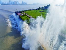 圖片新聞:杭州錢塘江大潮 十九潮水勝十八