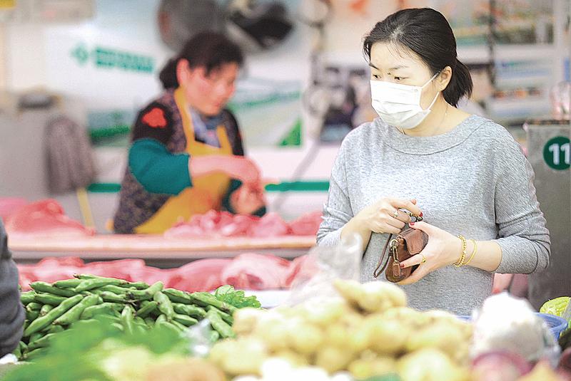 3月份蔬菜價格持續發燒,領漲所有食品價格,促使人們改變買菜習慣。(Peter PARKS/AFP)