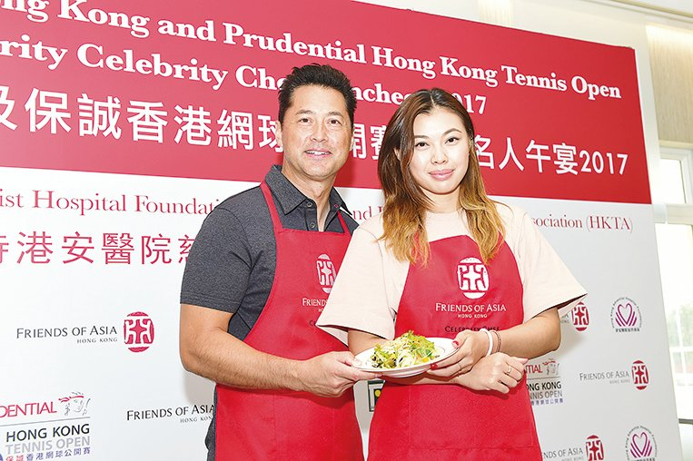 活動上王敏德與王曼喜父女一齊做出一道健康沙律菜式。(郭威利/大紀元)