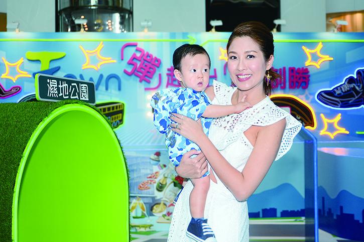 陳敏之表示囝囝雷子樂遺傳了父母高大基因。(宋碧龍/大紀元)