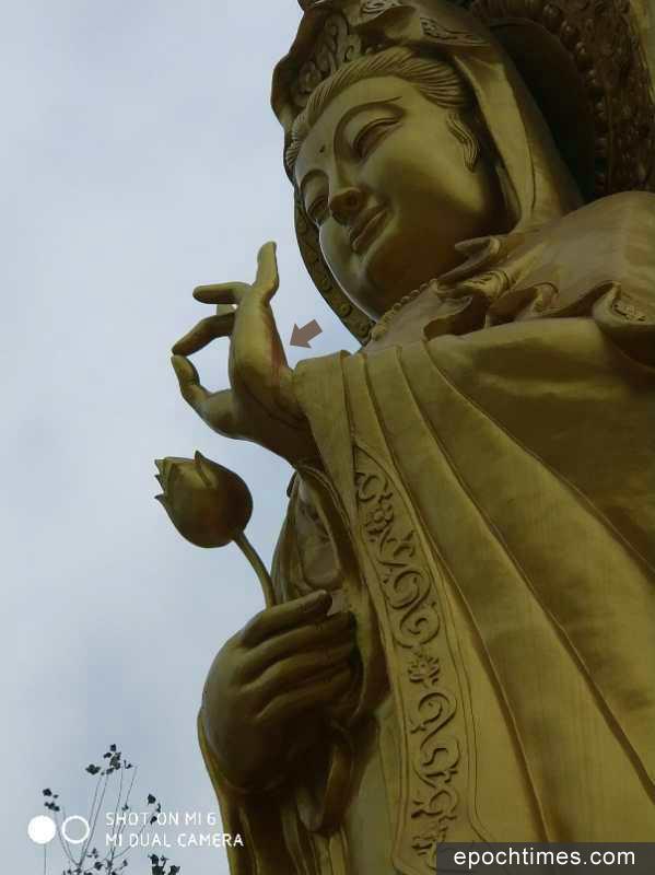 9月29日,河南周口市西華縣西關淨業念佛堂佛像遭強拆,強拆時佛像手指流血(箭咀指示位置)。(村民提供)