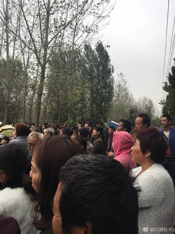 河南城管暴力強拆佛堂,受到村民的阻止。(網絡圖片)
