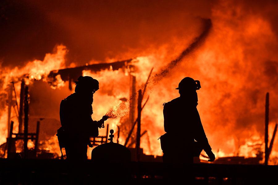 美國加州著名酒鄉發生森林大火,時至周一(10月9日),大火已經造成1500多棟民宅和商業建築被毀,20000多人撤離。(JOSH EDELSON/AFP/Getty Images)