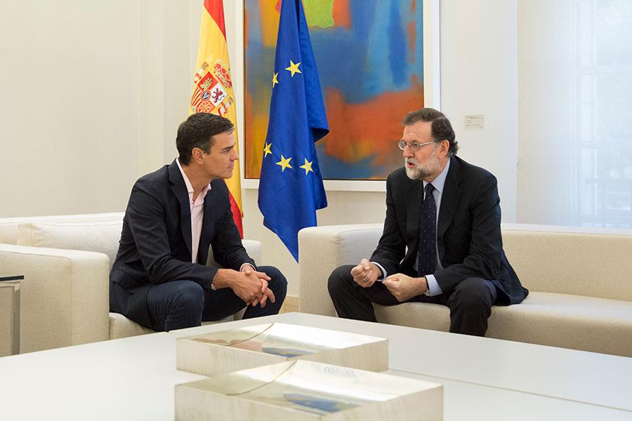 10月2日,西班牙首相拉霍伊(右)與在野黨社會勞工黨黨魁桑傑士會面,討論加泰羅尼亞獨立公投後的局勢。(Pablo Blazquez Dominguez/Getty Images)