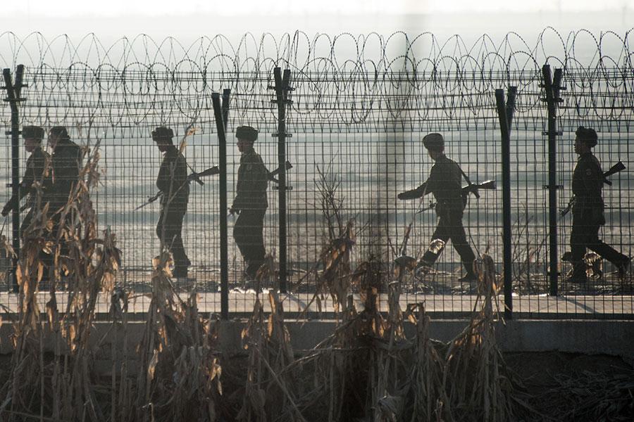 前北韓軍官金周鎰(Kim Joo-il)稱,北韓士兵經常毆打和掠奪平民。圖為中朝邊界的北韓士兵。(JOHANNES EISELE/AFP/Getty Images)