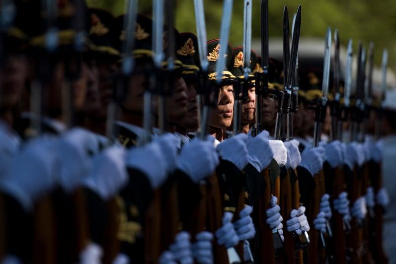 習近平進行軍隊改革掌握軍權。圖為中共軍方儀仗隊。(FRED DUFOUR/AFP/Getty Images)