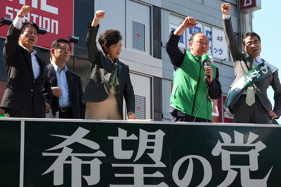 圖為10月10日,希望之黨黨主席小池百合子(前左二)在東京街頭為該黨候選人舉行拉票活動。(KAZUHIRO NOGI/AFP/Getty Images)