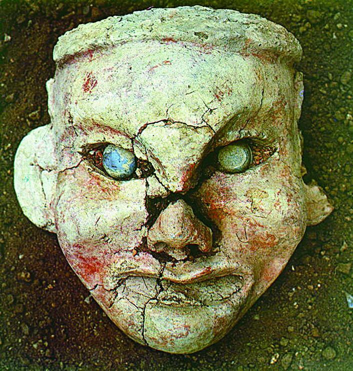 牛河梁出土的陶塑女人像。