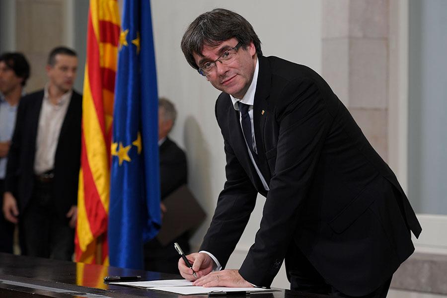 10月10日,加泰羅尼亞自治區主席普伊格蒙特與自治區其他政治人物簽署一份宣佈加泰羅尼亞自西班牙獨立的文件,但並不清楚這份文件是否具有任何法律價值。(LLUIS GENE/AFP/Getty Images)