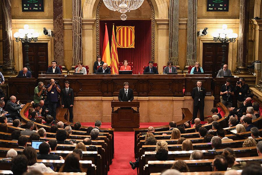 10月10日,加泰羅尼亞區政府主席普伊格蒙特在議會演說時表示,加泰羅尼亞將會是一個獨立國家,但他提議「暫緩宣佈獨立」,以便與馬德里展開對話。(David Ramos/Getty Images)