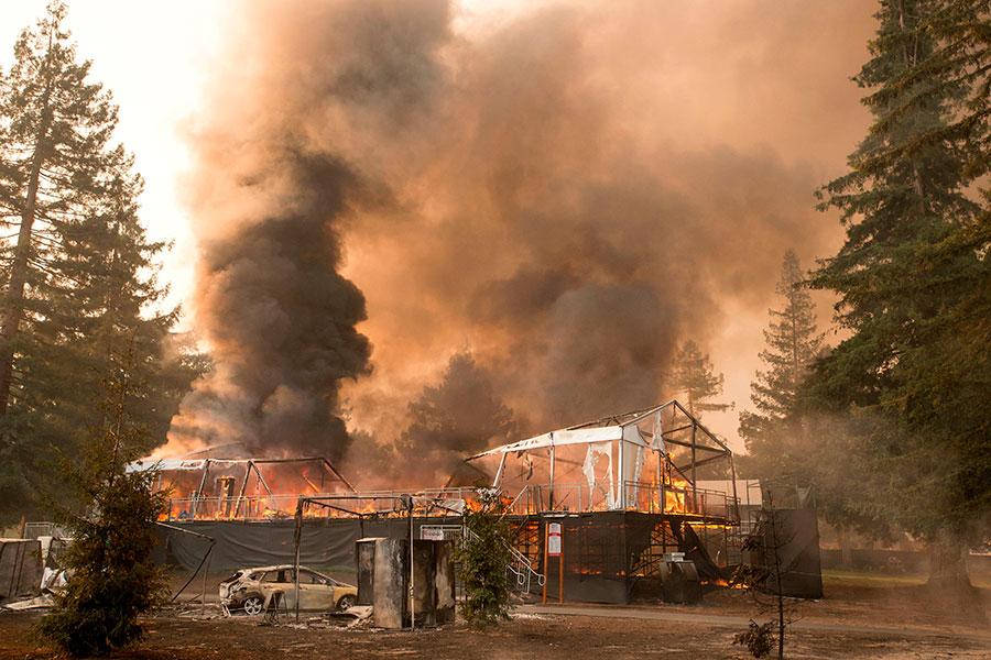 截至星期一晚上,加州山火燒毀了超過119,032英畝的土地。(JOSH EDELSON/AFP/Getty Images)
