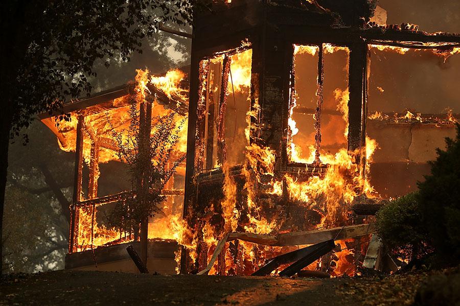 加州當局表示,星期二(10月10日),北加州遭遇十多場山火肆虐,其中最大的一場火燒焦了該州著名的葡萄酒之鄉。大火至少造成17人死亡,240人失蹤。圖為聖羅莎。(Justin Sullivan/Getty Images)