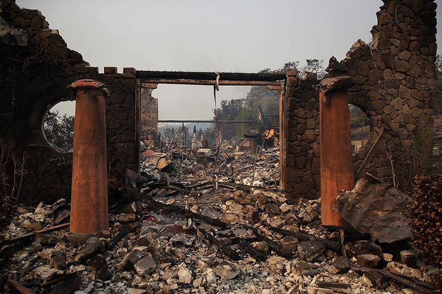 副總統彭斯在訪問加州期間說,聯邦政府隨時準備為加州提供任何援助。(Justin Sullivan/Getty Images)