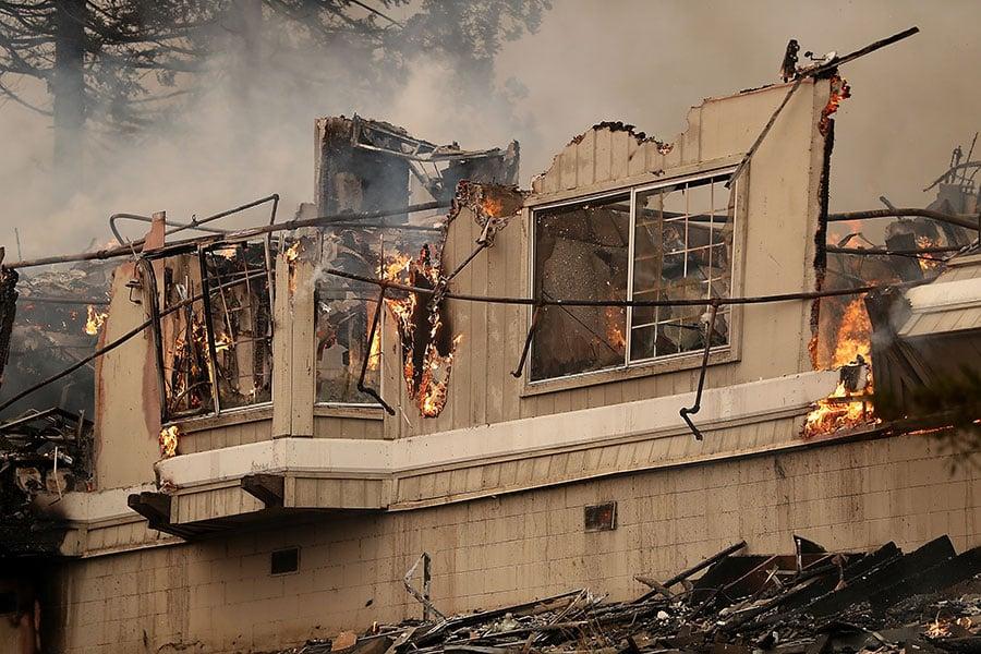 副總統彭斯在訪問加州期間說,聯邦政府隨時準備為加州提供任何援助。 (Justin Sullivan/Getty Images)
