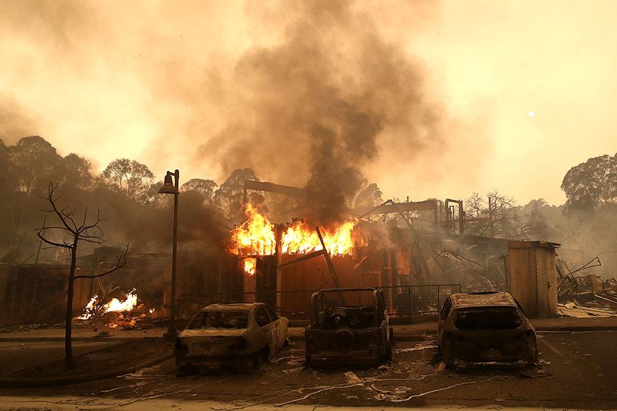 加州當局表示,星期二(10月10日),北加州遭遇十多場山火肆虐,其中最大的一場火燒焦了該州著名的葡萄酒之鄉。大火至少造成11人死亡,100人失蹤。圖為聖羅莎。(Justin Sullivan/Getty Images)