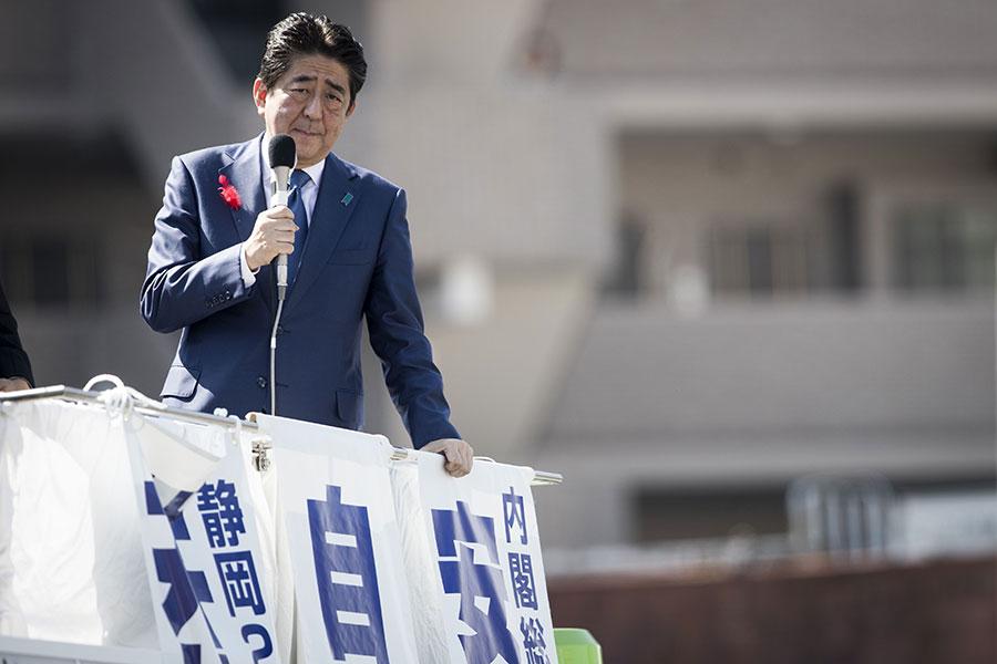 圖為10月11日,日本首相、自民黨總裁安倍晉三在靜岡縣燒津市為該黨候選人助選。(BEHROUZ MEHRI/AFP/Getty Images)