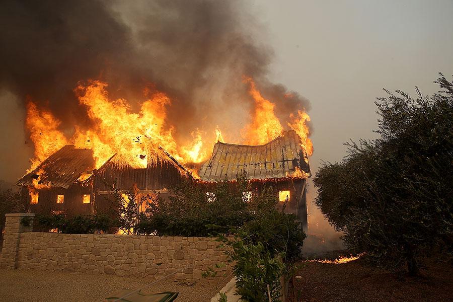 截稿時,大火已經摧毀2000多棟建築。(Justin Sullivan/Getty Images)