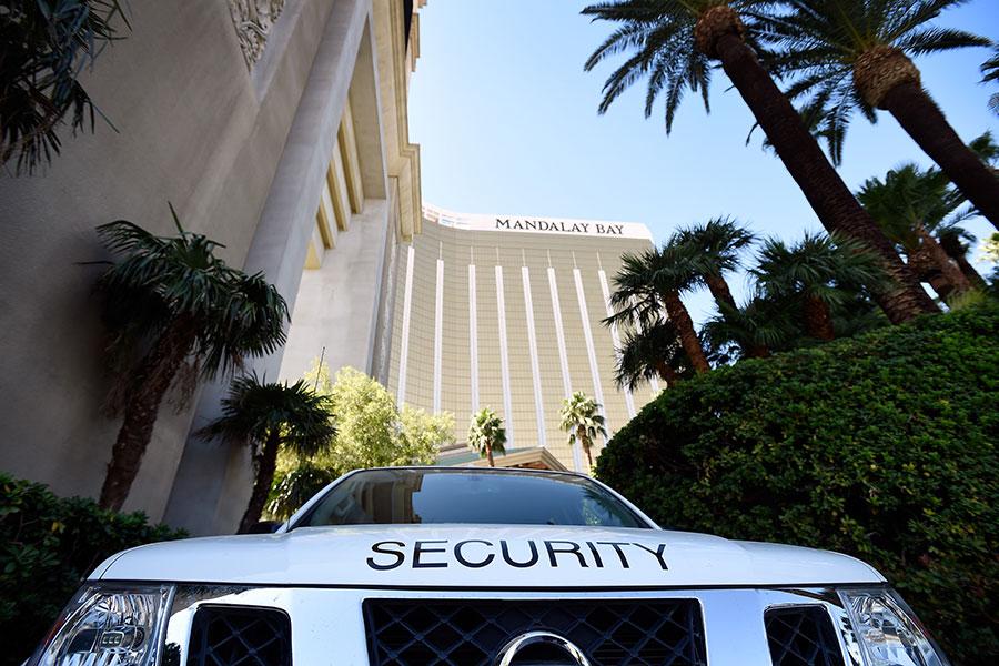 10月4日,賭城槍擊事件發生後,停在拉斯維加斯曼德勒灣(Mandalay Bay)酒店旁邊的一輛保安車。(David Becker/Getty Images)