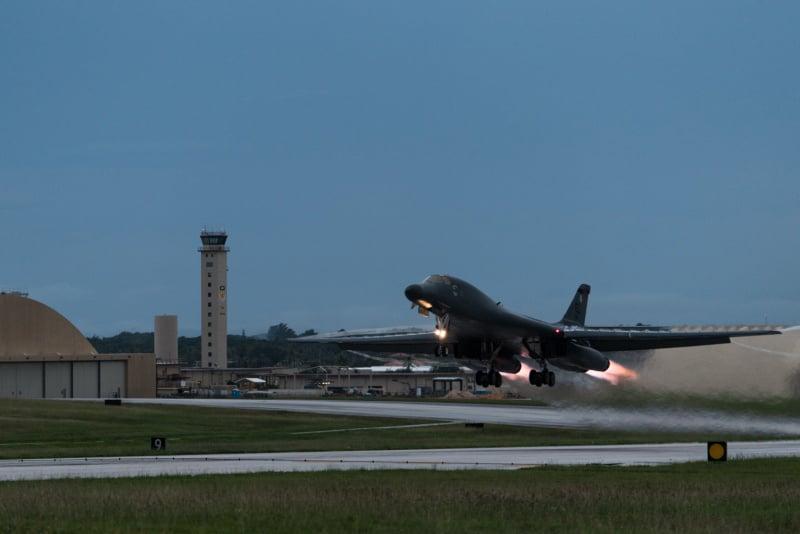 連日來美國戰略武器轟炸機和核潛艇紛紛抵韓。圖為美國戰略轟炸機B-1B「槍騎兵」抵達南韓的情景。(newsis)