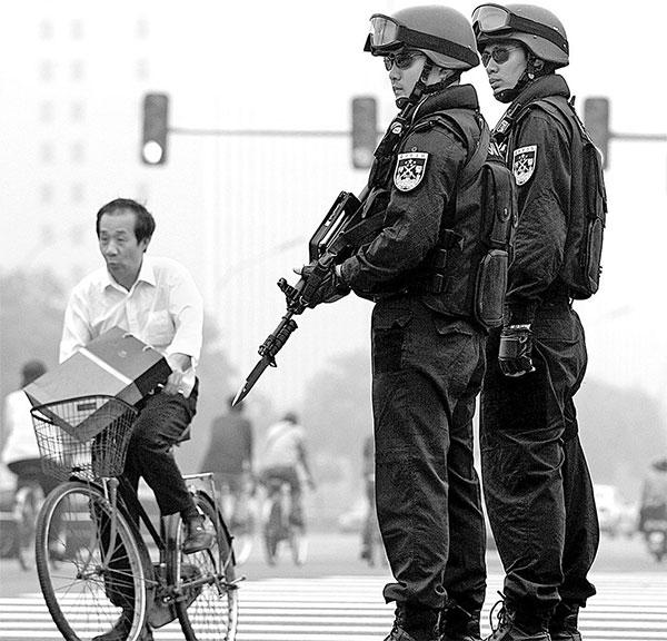 中共每逢「敏感日」就會開展所謂的「維穩安保」。圖為北京街頭巡邏的警察 。(Getty Images)
