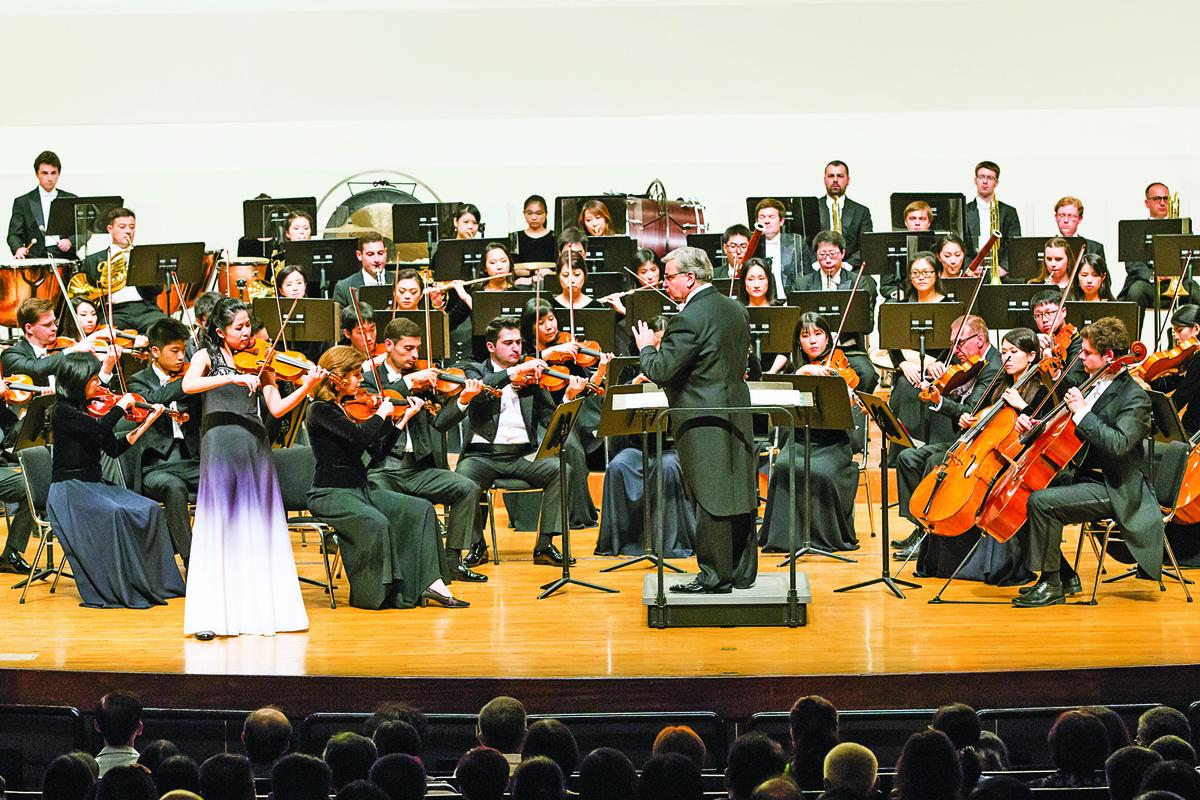 2017年9月29日晚上,神韻交響樂團於台南市文化中心演出。圖為小提琴家鄭媛慧的演出。(陳霆/大紀元)
