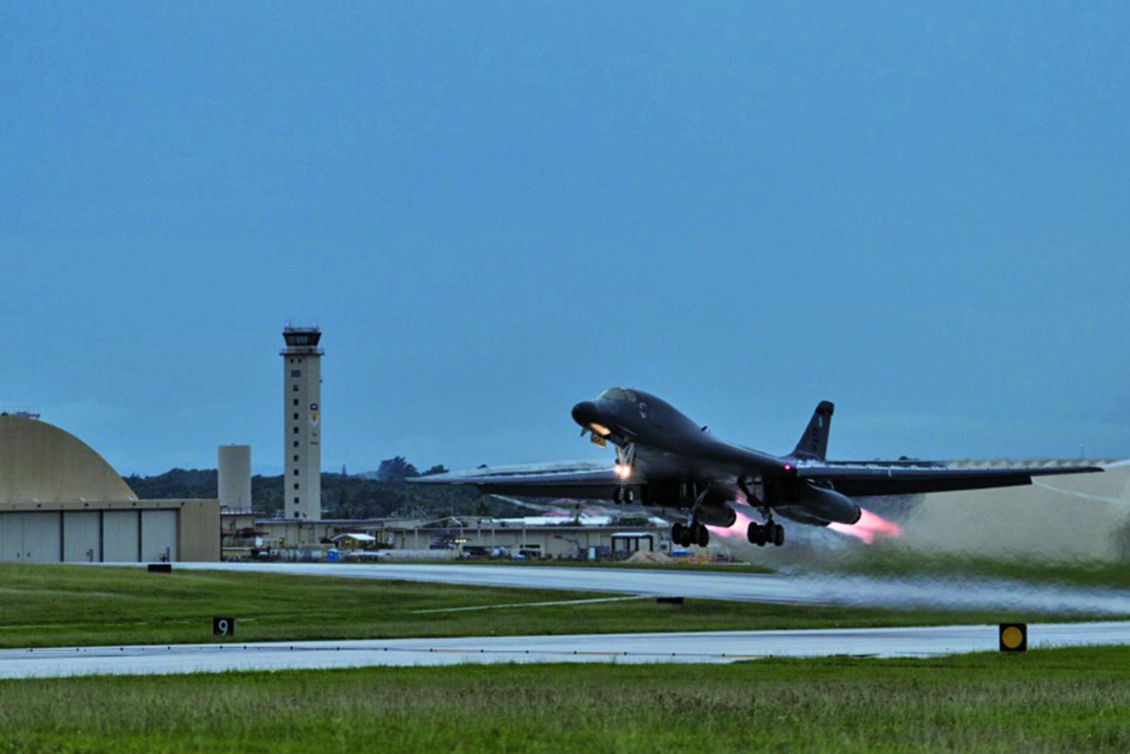 連日來美國多項戰略武器相繼抵韓,圖為美國戰略轟炸機B-1B「槍騎兵」抵達南韓的情景。(newsis)。