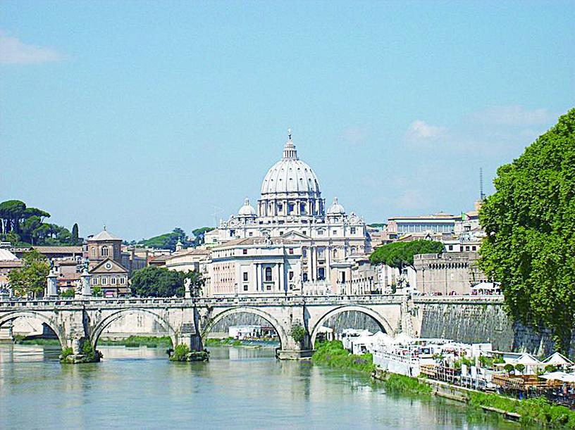 從翁貝托一世橋看聖彼得大教堂。(維基百科)