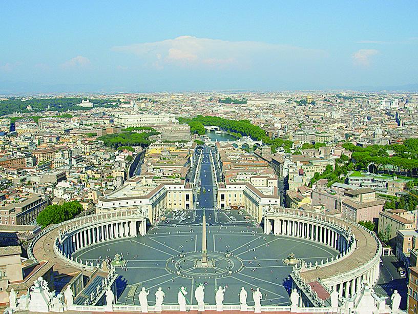 從聖彼得廣場屋頂俯瞰廣場及羅馬街景。(維基百科)
