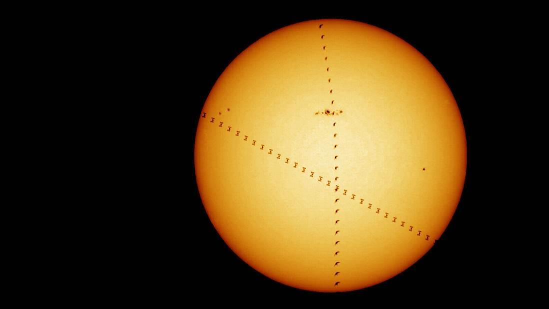 照片可見,一隻鳥與國際太空站在相同時間飛掠太陽。(歐洲太空總署圖片)