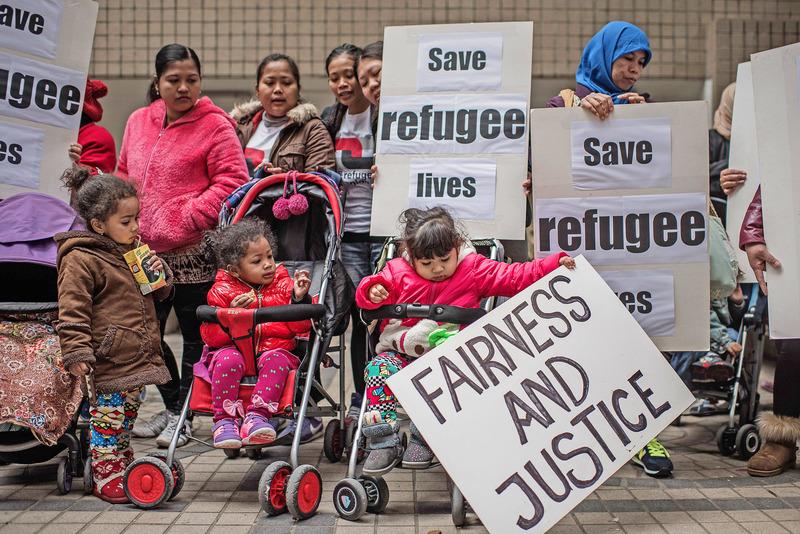 難民問題最近備受關注,有難民表示政府援助不足,或是致使犯罪率高的主因。圖為去年2月申請政治庇護的難民請願要求保障他們權益。(Getty Images)