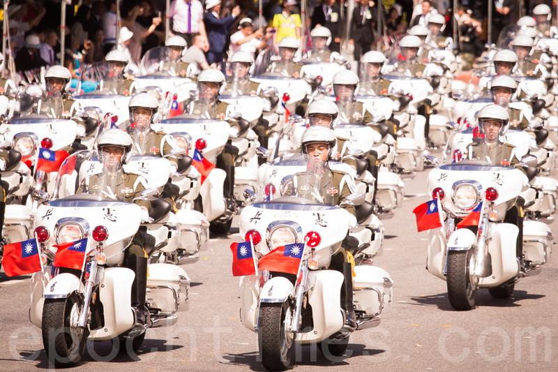 中華民國106年國慶大會10月10日在總統府前廣場舉行。圖為憲兵指揮部勤務連表演「忠貞鐵騎迎雙十」。(陳柏州/大紀元)