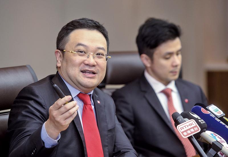 星展香港經濟研究部高級經濟師梁兆基(左),建議政府推出如減稅等有效財政政策刺激中國經濟。(余鋼/大紀元)