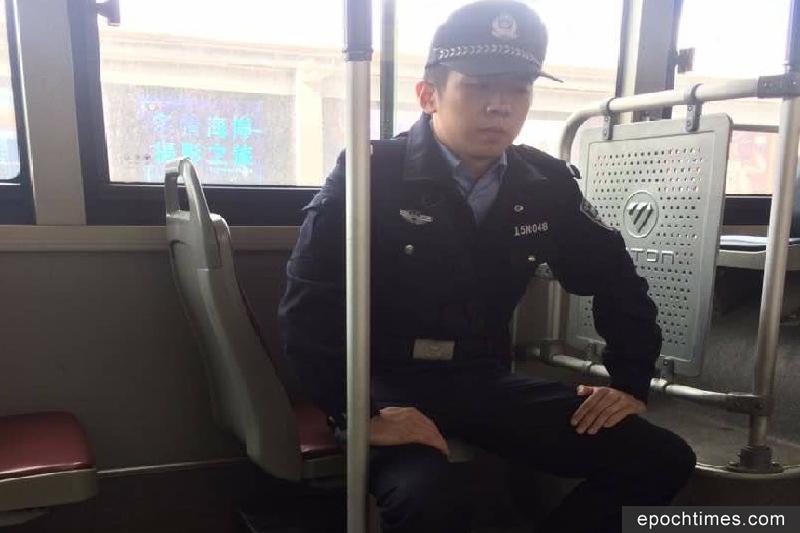 2017年10月11日,為「十九大」「維穩」,在北京巴士上看守訪民的警察。(訪民提供)