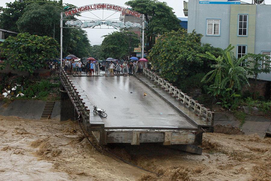 圖為10月11日,安拜省一座大橋被洪水沖毀。(VIETNAM NEWS AGENCY/AFP/Getty Images)
