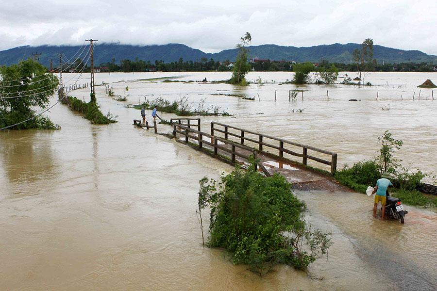 圖為10月11日,越南中部水災災情。(VIETNAM NEWS AGENCY/AFP/Getty Images)