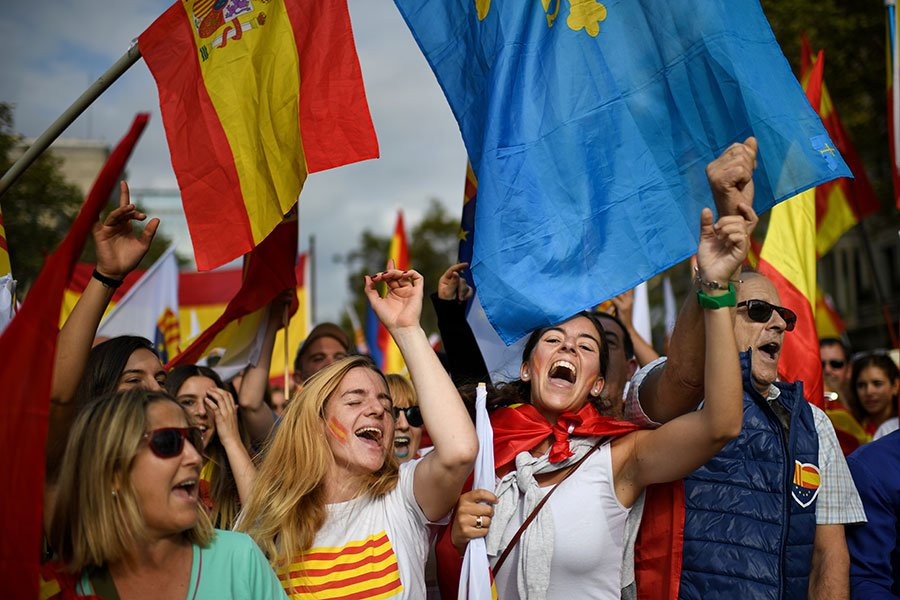 圖為西班牙民眾12日舉行反對加泰羅尼亞獨立的集會活動,藉此慶祝國慶。(Jeff J Mitchell/Getty Images)
