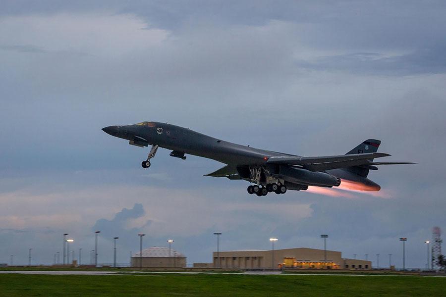 圖為10月10日,一架B-1B槍騎兵(B-1B Lancers)轟炸機起飛,準備參與美日韓聯合夜間演練。(Staff Sgt. Joshua Smoot/PACOM)