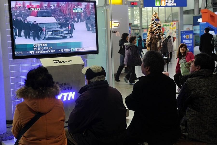 2011年12月28日金正日的喪禮上,當年陪同金正恩扶靈的七名北韓高官或被處決或消聲,已經全部離開黨政核心位置。(PRAKASH SINGH/AFP/Getty Images)