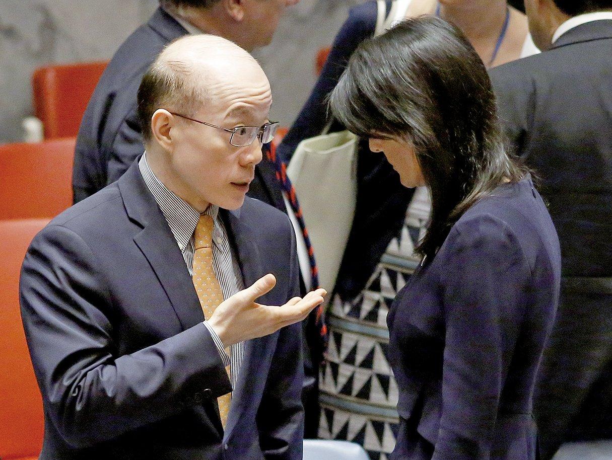 劉結一出任國台辦副主任,明確為正部級。圖為9月4日,劉結一(左)出席聯合國安理會會議時,與美國駐聯合國代表黑利交談。(Getty Images)