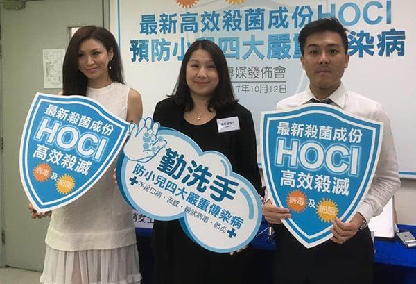 香港再進入傳染病高峰期,兒科專科醫生溫希蓮(中)和註冊藥劑師黃俊豪(右)講解正確洗手對預防疾病的重要性,並拆解一些常見消毒謬誤。(張曉慧/大紀元)