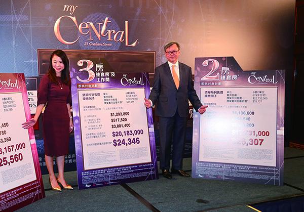 長實執行董事趙國雄(右一)形容,今次開價較同區樓盤售價低過一成。(余鋼/大紀元)