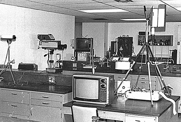 聖地牙哥實驗室裏,巴克斯特測量植物感應的各種器具。
