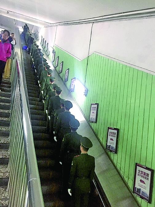 十九大前 軍人現北京地鐵站