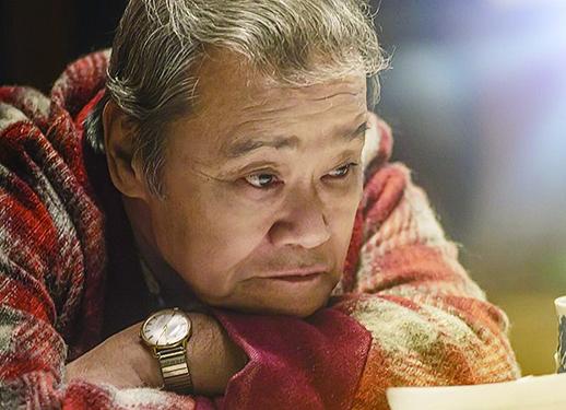 浪矢先生是一位既充滿人生智慧又悲憫的長者,故事裏專門回信解答人們的煩惱。
