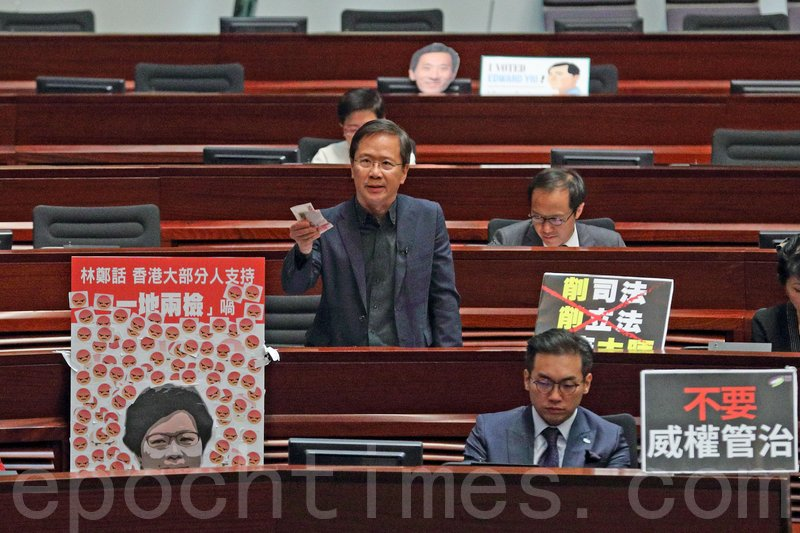 公民黨郭家麒批評林鄭月娥在施政報告中,迴避一系列造成香港深層次矛盾的問題,只以300元交通津貼試圖收買人心。(李逸/大紀元)