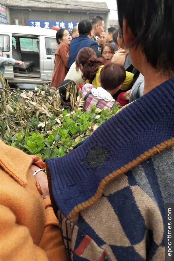 10月11日,河南安陽縣磊口鄉泉門村數十名村民到鄭州市政府上訪被攔截,有一名女村民被打傷。(村民提供)