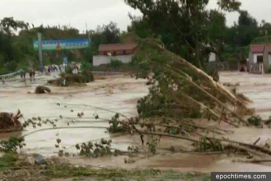 去年7月19日該村發生洪災時的情景。(村民提供)