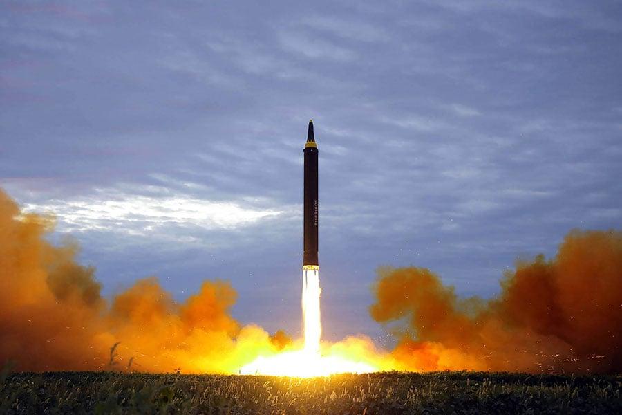 南韓媒體報道說,北韓可能在中共十九大開幕日發射導彈。圖為,北韓於2017年8月29日發射的火星12型彈道導彈。(STR/KCNA VIA KNS/AFP)